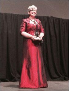 אן לקי עם פרס ההוגו שבו זכתה ב-2014